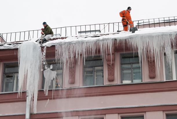 В Администрации Рубцовска пояснили кто отвечает за уборку снега с крыш и балконов многоквартирного дома